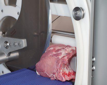 Couteau à deux sections : lisse pour la viande ; crantée pour l'os